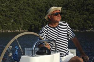 Lo skipper e proprietario di Hipazia al timone dell'imbarcazione.